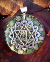 orognitový šperk, sowulo, orgonit, energie, šperk, orgone, orgonity,orgonit, šperky, anahata, zelený avanturín, symbol