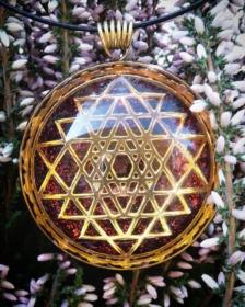 orgonit, orgonitový šperk, sri yantra, srí jantra, posvátná geometry, symbol, granát, energie, sowulo, šperky, náhrdelníky, alternativa, alternativní, léčivý